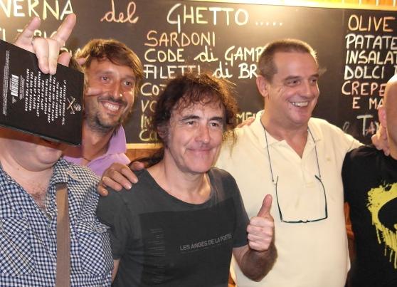 Steve Harris (al centro) alla Taverna del Ghetto in centro a Trieste (C) Andrea Lasorte