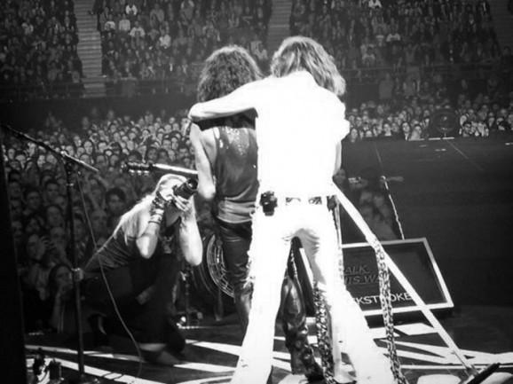 Kat con Joe Perry e Steven Tyler durante il tour australiano degli Aerosmith (2013)